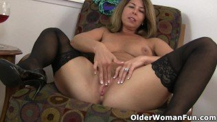 USA milf Niki strips off her dress before she lets you admire her shapely body and pink pussy